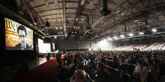 Edward Snowden s'adressant à la foule lors du SXSW.