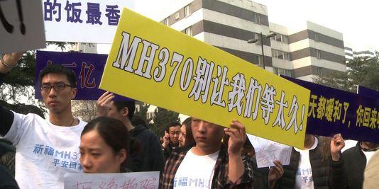 Les proches des disparus du vol MH370 lors d'une manifestations.