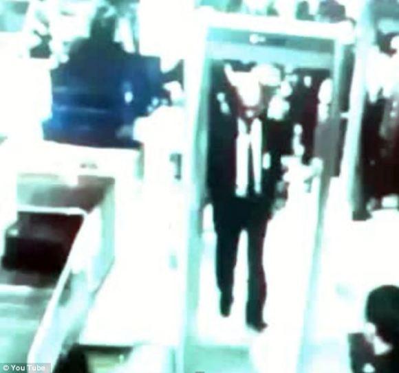 La sécurité de l'Aéroport lors du passage de Zaharie Ahmad Shah, pilote du Boeing 777  disparu de la Malaysia Airlines.