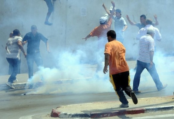 Du gaz lacrymogène qui envahit le centre ville de Tunis