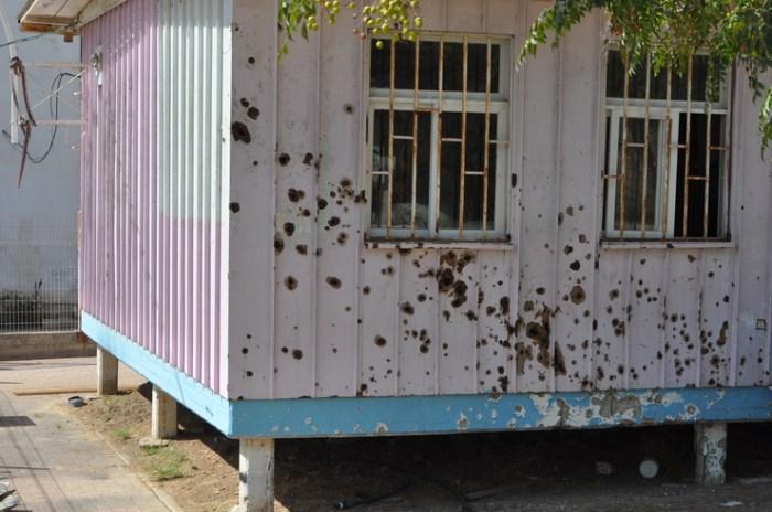 Bijgebouw schoolplein met scherfinslagen, Sderot Israel, Tjeerd Langstraat