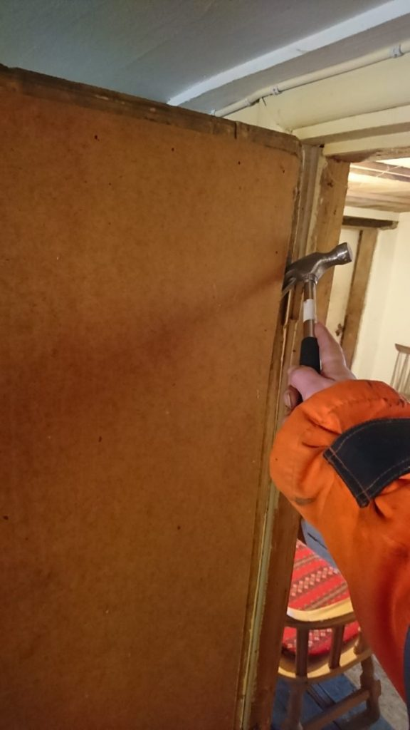 Riving av plate på dør