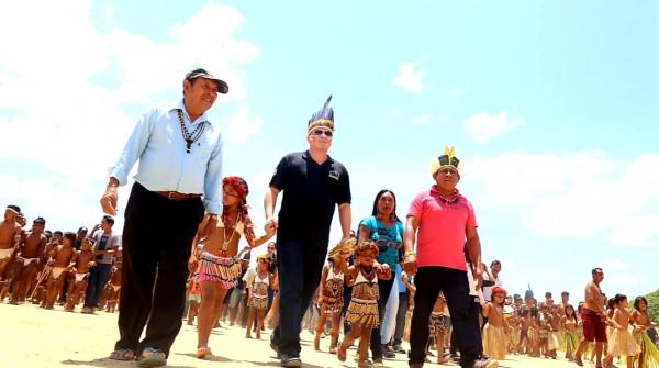 Presidente do Tribunal de Justiça de Roraima, lideranças e crianças indígenas na comunidade de Maturuca, no Uiramutã.