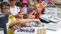 Bomboane Bucuria pentru copiii din Vișina. FOTO Adrian Boioglu