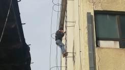 Un bărbat s-a urcat pe o clădire și a amenințat că se sinucide. FOTO IPJ Tulcea