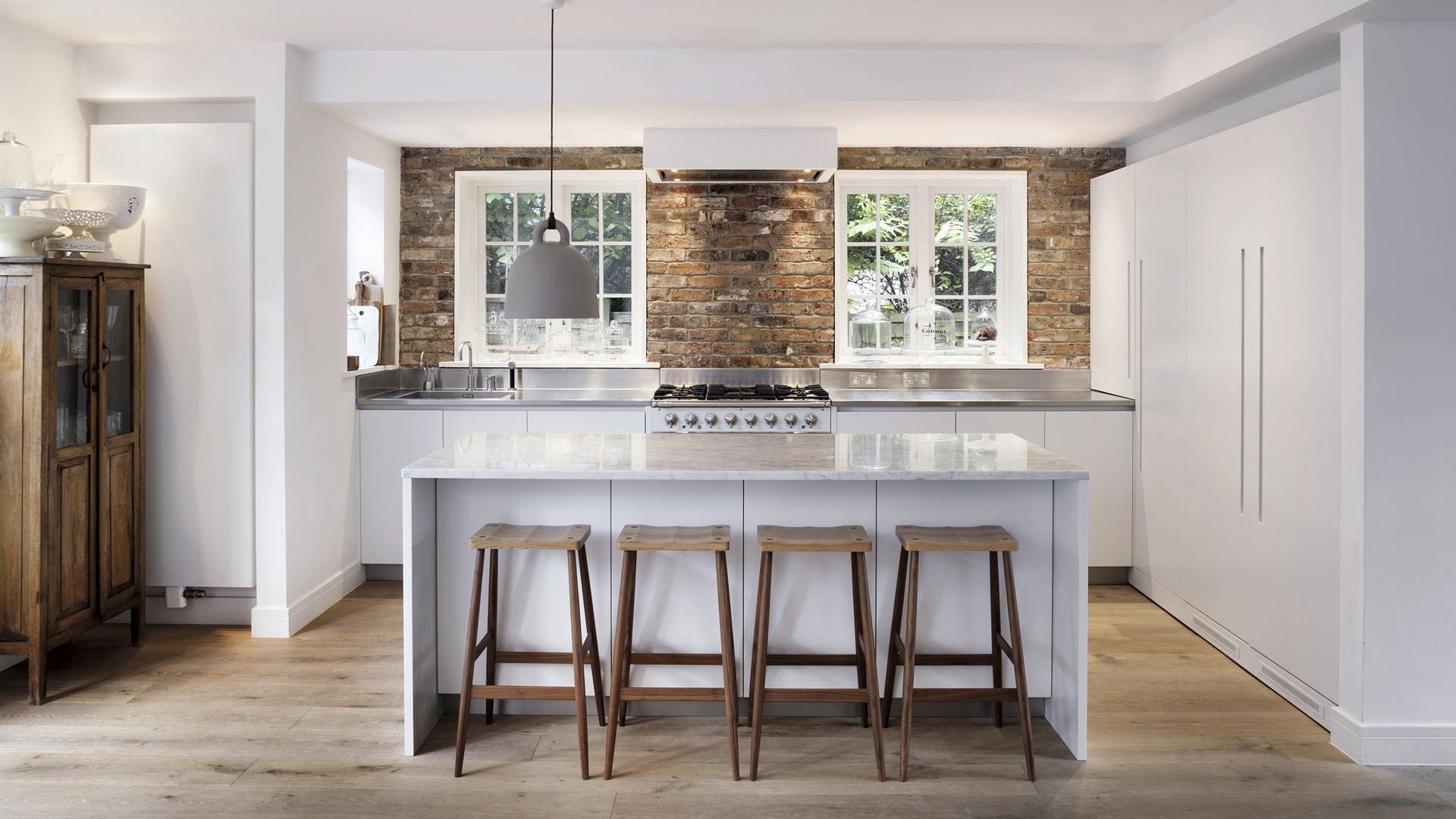 elegant cucina con isola con top in pietra e isola