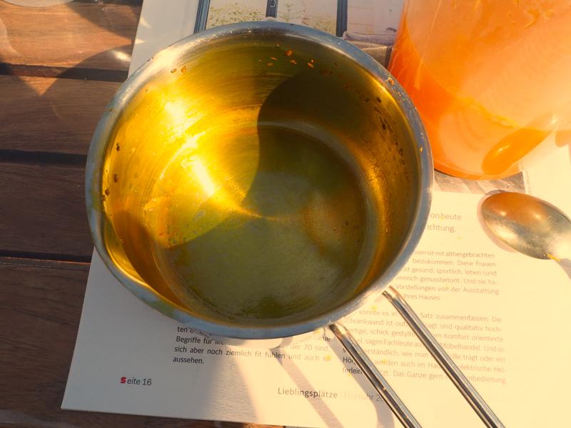 vom Kurkuma gelb verfärbter Edelstahltopf