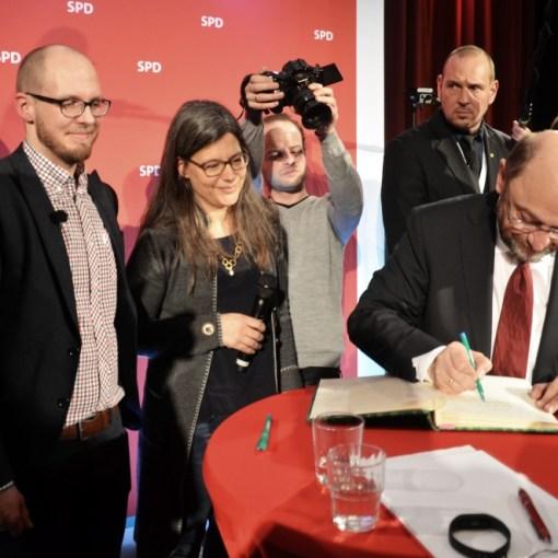 Tobias von Pein mit der Bundestagsabgeordneten Dr. Nina Scheer und Martin Schulz