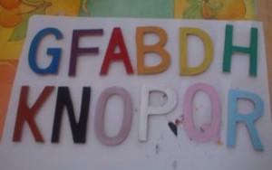 Alfabeto di MDF colorato con tempere