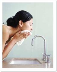 Lavar la cara a diario.