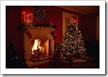 Arbol de Navidad, fuego, y regalos