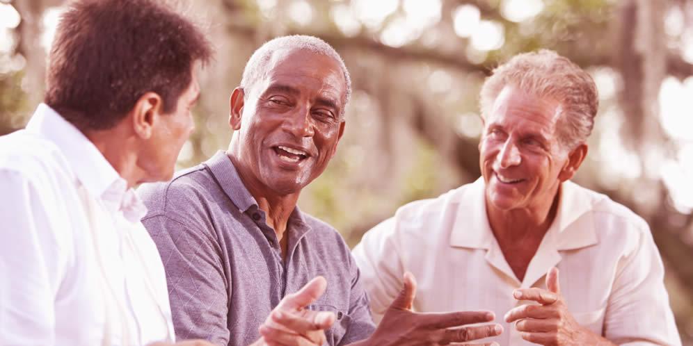 ¿De qué hablan los hombres en grupo?