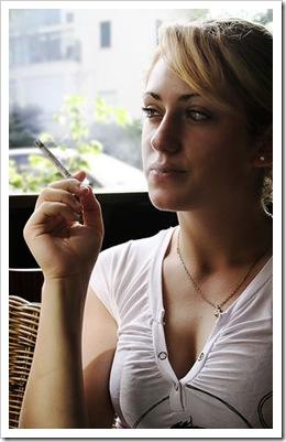 Ella fuma, ahora se ve bonita, ¿pero mañana?