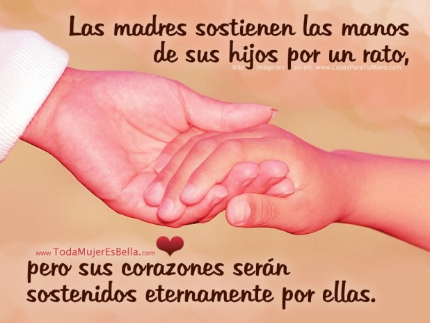 Las madres sostienen las manos de sus hijos