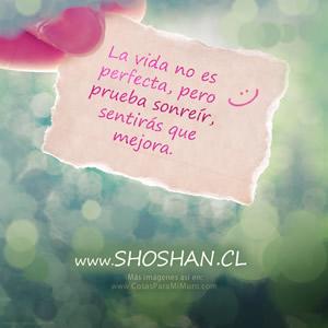 La vida no es perfecta, pero prueba sonreír, sentirás que mejora.