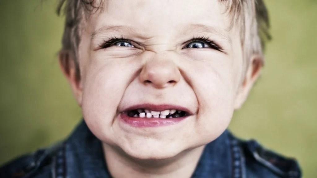 por qué los niños rechinan los dientes