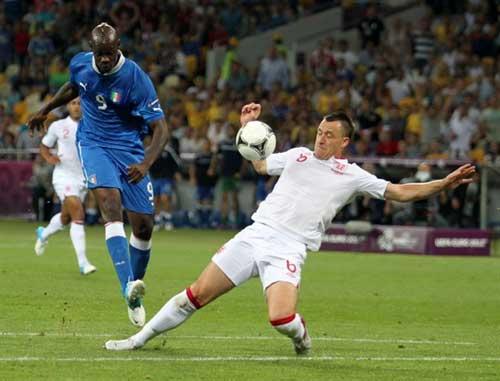 Mario Balotelli y John Terry en el Inglaterra-Italia de la Euro 2012