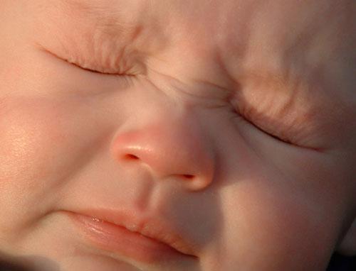 Bebé estornudando