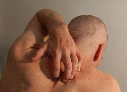 Hombre rascándose la espalda