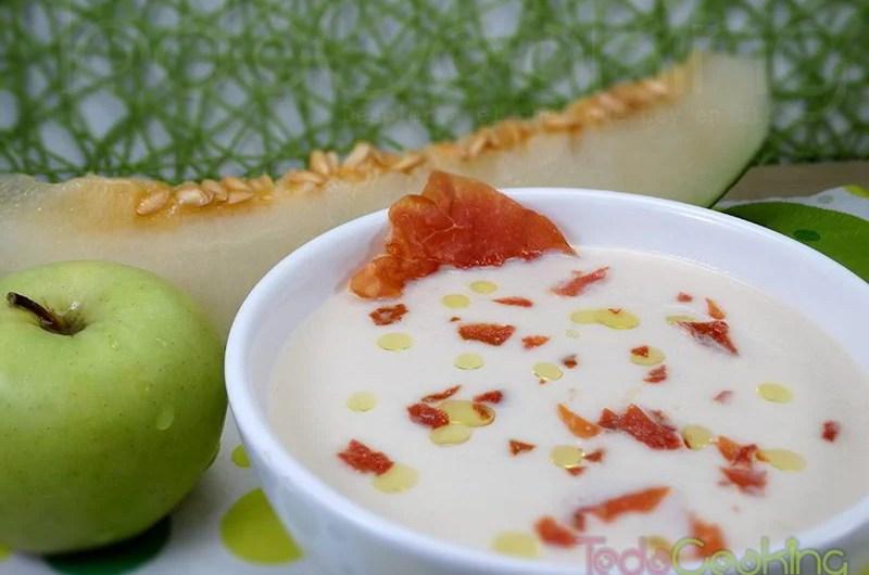Sopa de melón y manzana con jamón