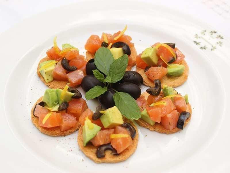 recetas fáciles de entrantes y primeros - Canapés de salmón y aguacate
