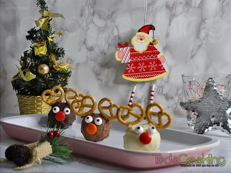 Bombones renos de navidad con bizcocho a los tres chocolates