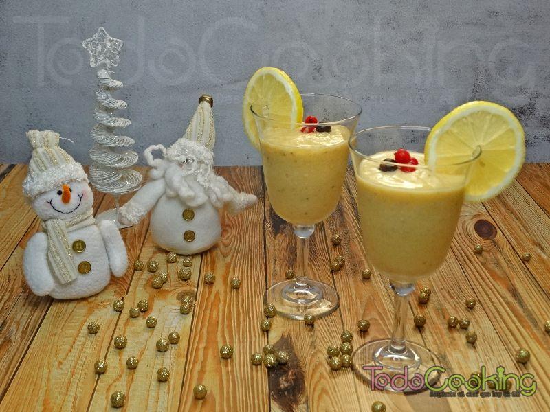 Smoothie granizado tropical con limón y jengibre. Bebida antioxidante.