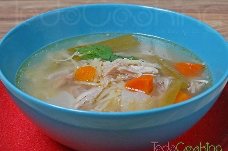 Sopa casera de pollo y verduras