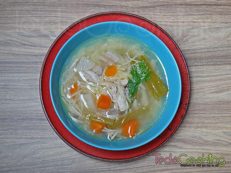 Sopa casera de pollo y verduras 02