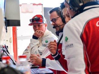 Kimi Räikkönen, en una reunión con sus ingenieros de Alfa Romeo