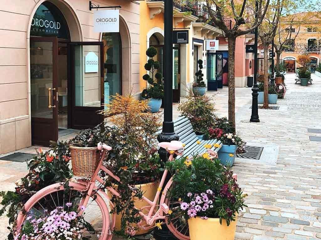 Detalle de la calle en La Roca Village