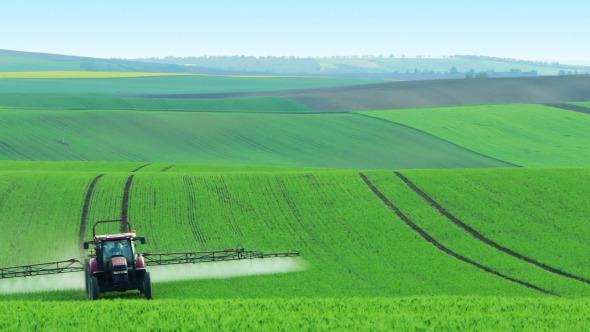 tractor regado herbicidas