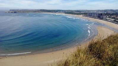 Tres surfistas rescatan a una bañista ahogándose en Salinas