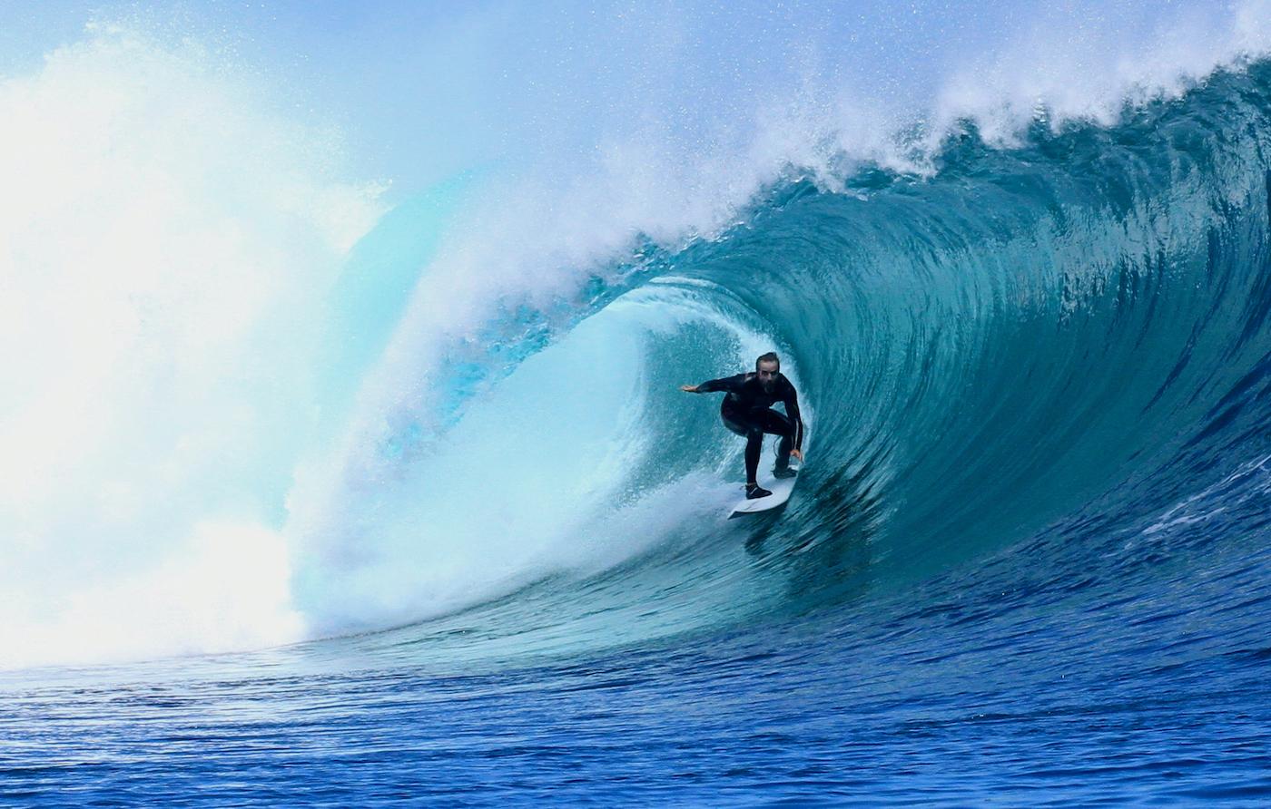 Un surfista en busca del paraíso