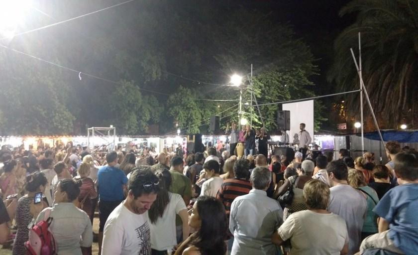 Espectáculo en Feria Nocturna del Parque Batlle