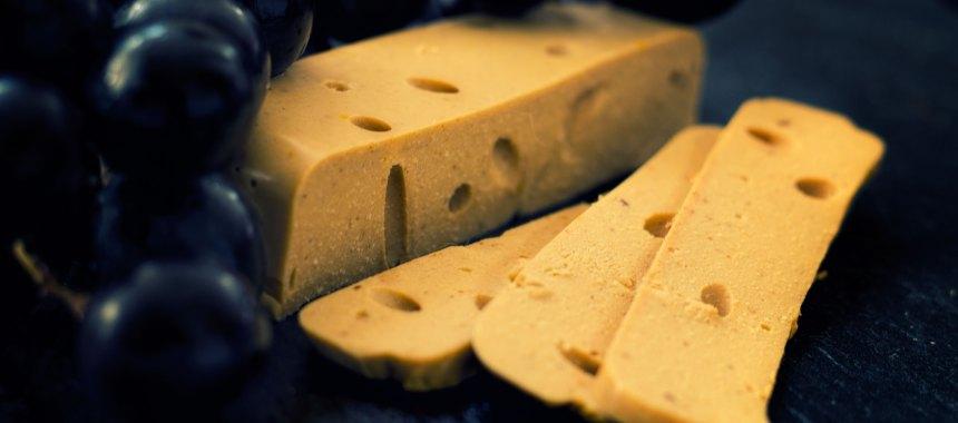 Veganer Käse nach Schweizer Art – mit Löchern!