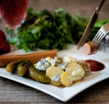 Abbildung von Kartoffelsalat vegan mit Gurke, Zwiebel und Mayonnaise
