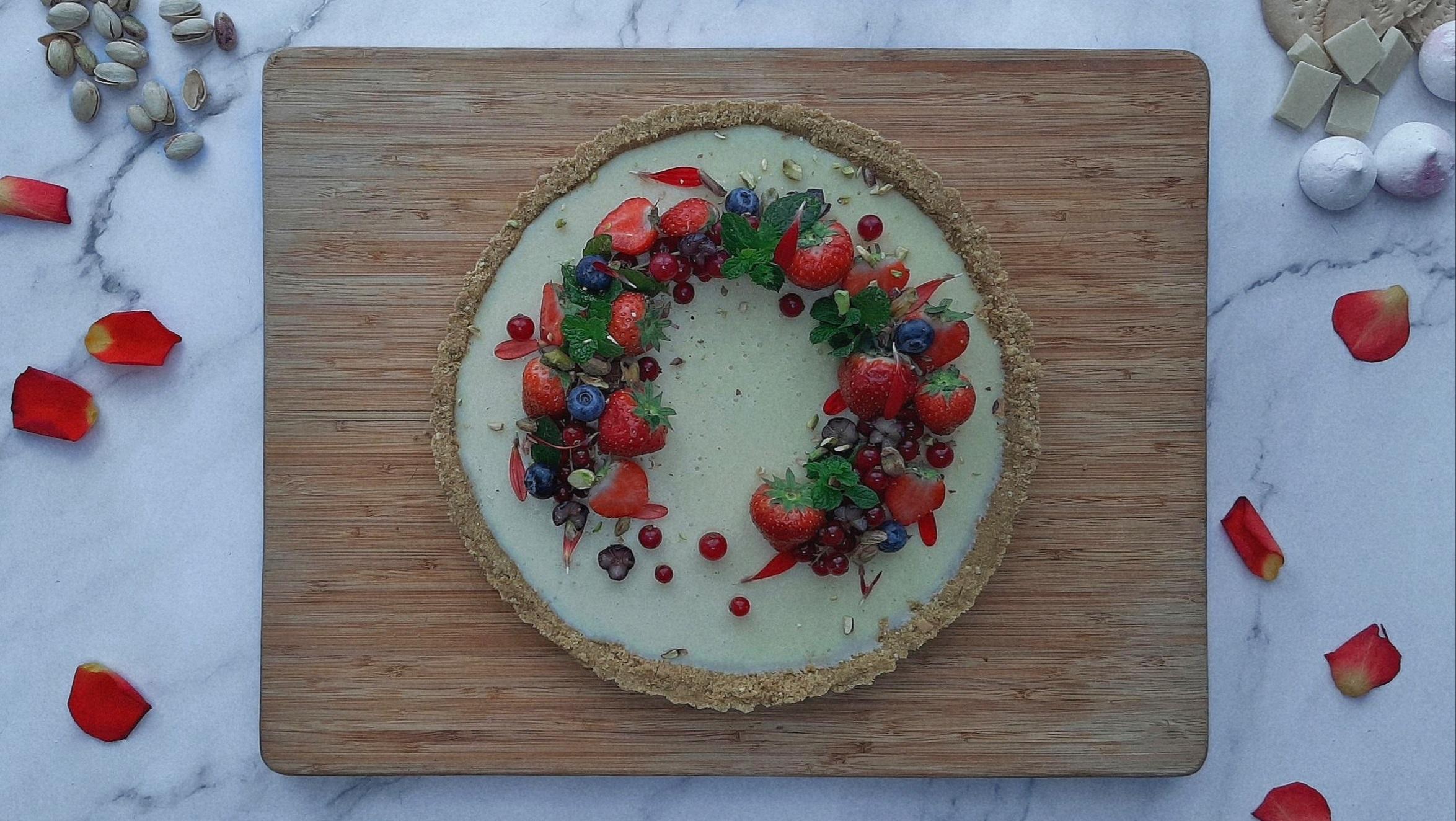 witte ganache taart white ganache tart recipe recept makkelijk easy pistache noten vegan vegatarisch rood fruit kerst mooiste taarten makkelijke taart prachtige taart togoodtobefood sam van der sluijs