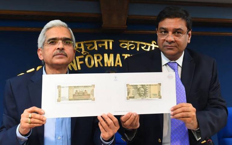 Bộ Trưởng Bộ Kinh Tế Shaktikanta Das (T) và Thống Đốc Ngân Hàng Ấn Độ Urjit R. Patel đang giới thiệu tờ 500 rupee mới trong buổi họp báo Thứ Ba, 08/11/2016 (AGENCE FRANCE-PRESSE/GETTY IMAGES)
