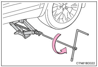 Toyota Highlander Owners Manual: Installing the spare tire