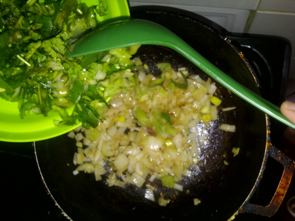 Look the golden color of the onions. It's time to put the rest. (This is my favorite part of this recipe, jejeje).