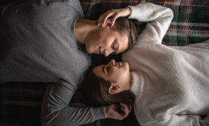 8 στάσεις ύπνου που δείχνουν αν σας αγαπάει ο σύντροφός σας