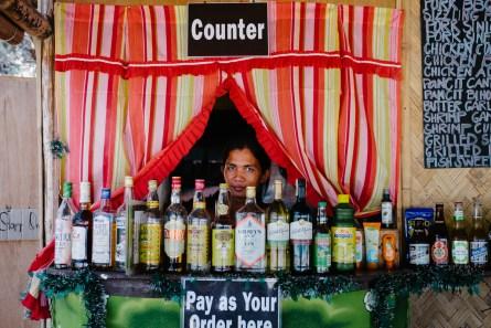 Barman na plaži Duli, El Nido, Filipini