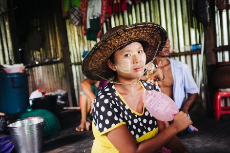 Domačinka v vasi Dala, Jangon, Mjanmar