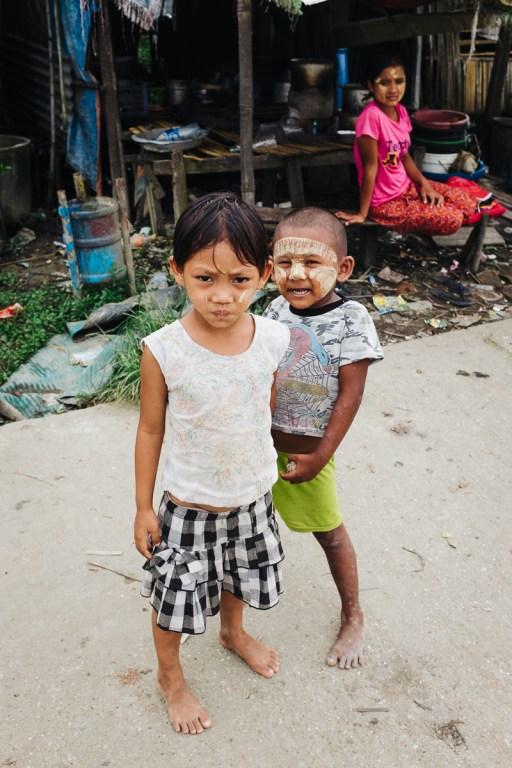 Otroci v vasi Dala, Jangon, Mjanmar