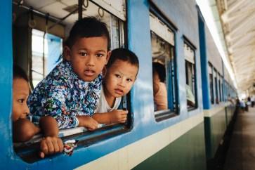 Otroci na železniški krožni liniji, Jangon, Mjanmar