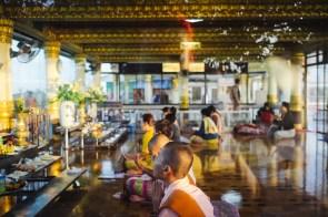 "Molitev, Pagoda Kyaiktiyo (""Zlata skala""), Mjanmar"