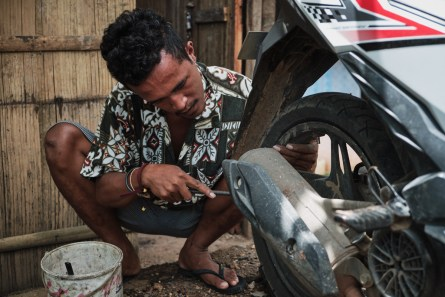 Počena guma na poti proti Labuan Bajo, Flores, Indonezija