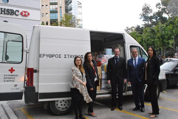 Photo_1: Ο κύριος Στέλιος Πιρπινιάς, Διευθυντής Λιανικής Τραπεζικής και Marketing της HSBC Ελλάδος, μαζί με εθελοντές του HSBC Sports & Social Club