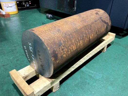 SCM415でサイズはΦ240×585です。200kgあります。弊社では最大級のサイズです。